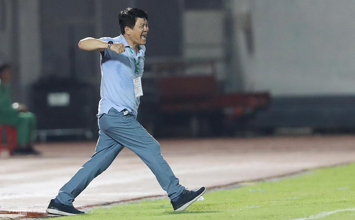 HLV Vũ Tiến Thành ăn mừng chiến thắng 3-0 trước Nam Định tối qua, 18/7. Ảnh: Đức Đồng.