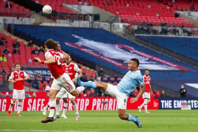 David Luiz đánh đầu phá bóng ngăn Gabriel Jesus dứt điểm. Ảnh: Alamy.