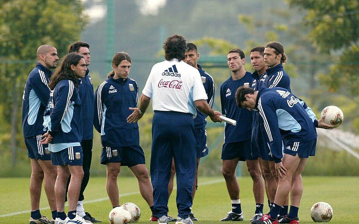 Diego Simeone (thứ ba từ phải sang) là một trong nhiều môn đồ xuất sắc của Bielsa, thành danh trên cương vị HLV. Ảnh: AP.