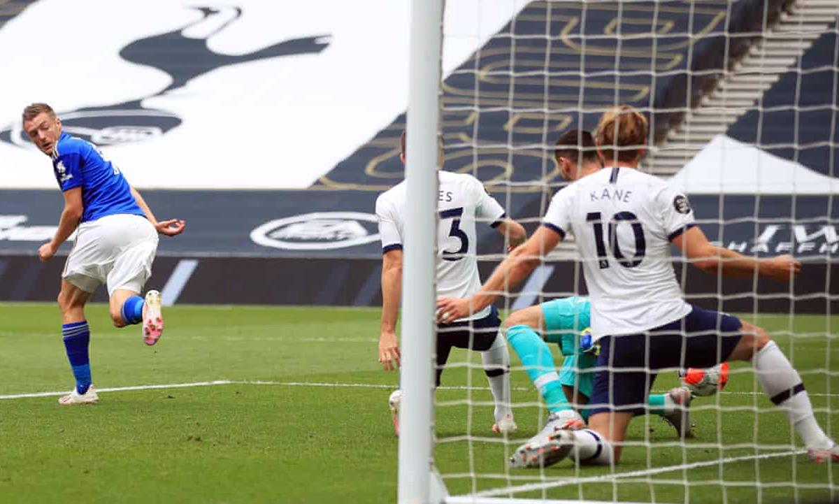 Chân sút dẫn đầu danh sách vua phá lưới Jamie Vardy (trái) không thể ghi bàn vào lưới Tottenham. Ảnh: AFP.