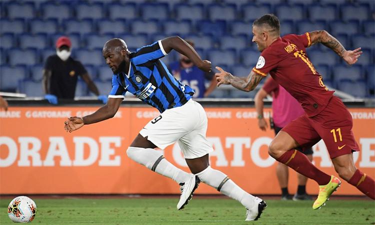 Lukaku đua tốc độ với Kolarov ở nửa cuối hiệp hai trận đấu trên sân Olimpico hôm 19/7. Ảnh: Reuters.