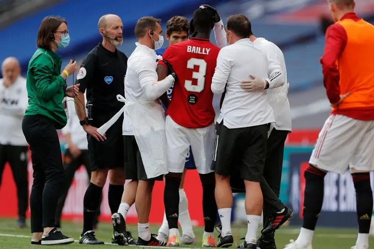Chấn thương của Bailly là bước ngoặt trận đấu. Ảnh: Guardian.
