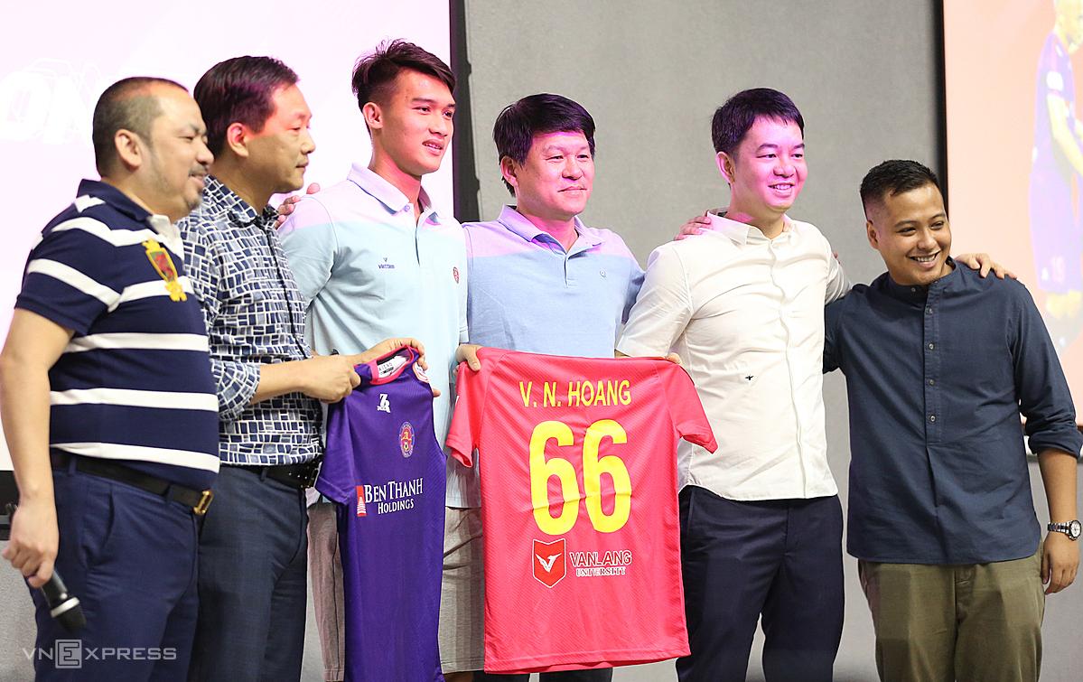 Ban lãnh đạo Sài Gòn FC trao áo thi đấu số 66 cho Nguyên Hoàng. Ảnh: Đức Đồng.