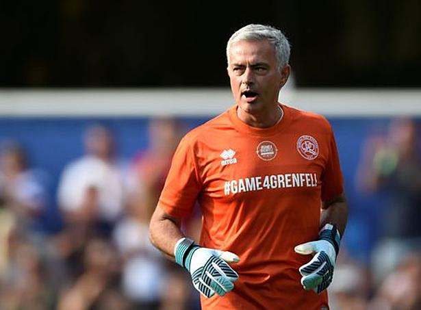 Một CĐV đăng ảnh Jose Mourinho đeo găng tay kèm dòng trạng thái: De Gea hôm nay. Ảnh: Twitter.
