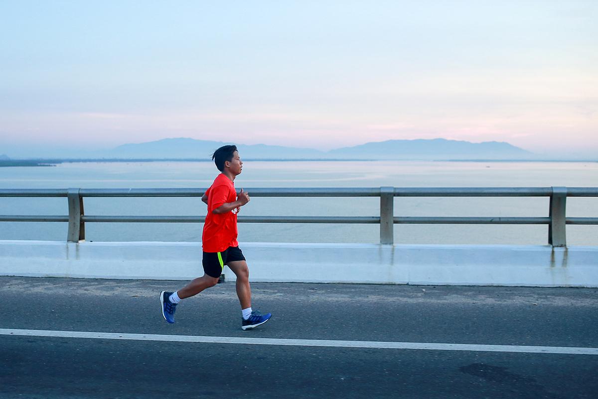 Thành viên nhóm chạy QMR trên cầu Thị Nại khi bình mình lên.