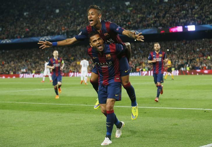 Neymar và Dani Alves rất thân thiết, cả trong lẫn ngoài sân cỏ. Ảnh: Reuters.