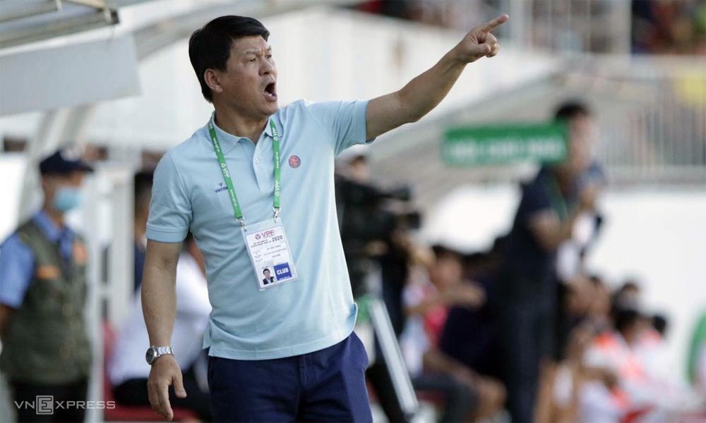 HLV Vũ Tiến Thành chỉ đạo Sài Gòn FC trong trận hòa 1-1 trên sân Pleiku hôm 18/6. Ảnh: Đức Đồng.