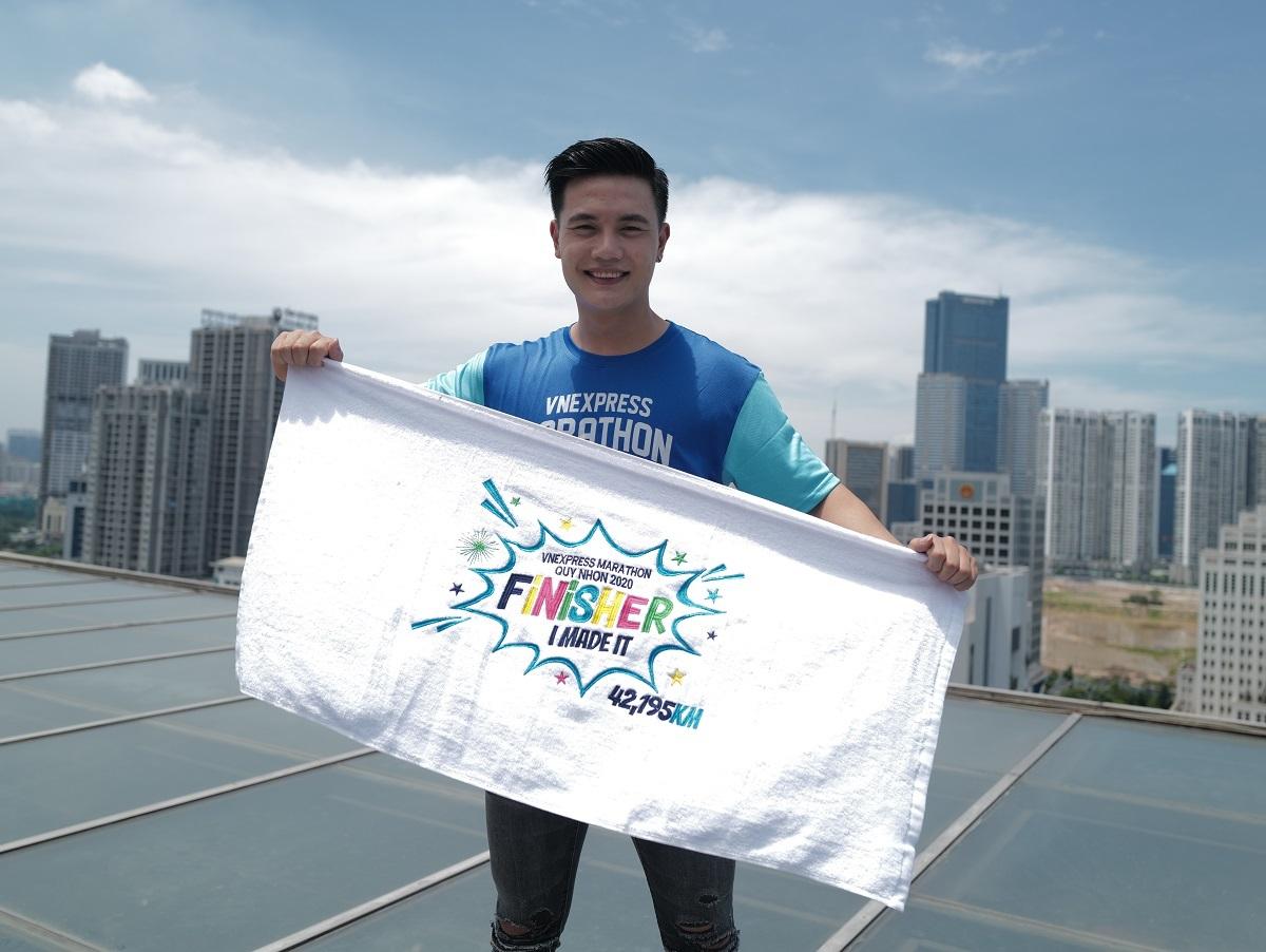 Quà tặng khăn Finisher kích thước 100x50cm cho vận động viên về đích 42km.