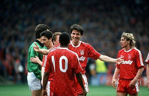 Thủ quân Alan Hansen dang tay ôm mừng các đồng đội sau chiến thắng 3-0 trước QPR. Ảnh: DM.