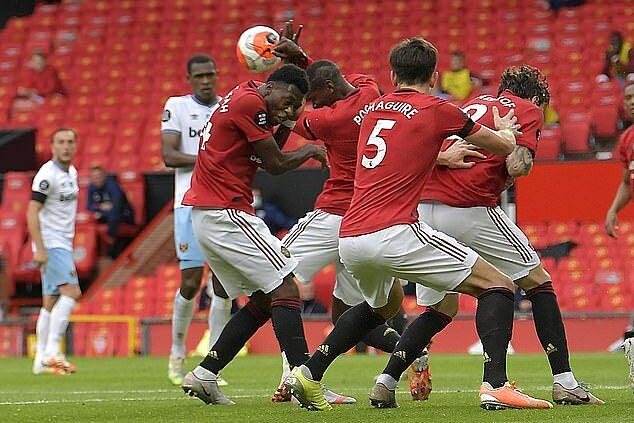 Pogba đưa tay lên che mặt, khiến Man Utd chịu phạt đền trong trận đấu với West Ham. Ảnh: WHFC.