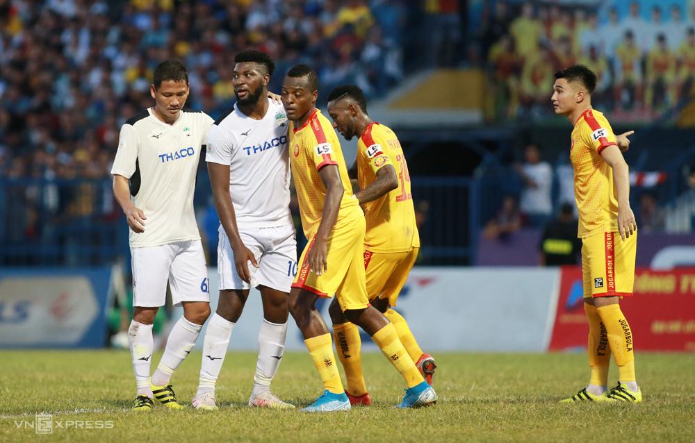 Walsh che chắn để Anh Đức tránh được sự đeo bám của hậu vệ Thanh Hoá, có thể không chiến khi đội nhà được hưởng đá phạt. Ảnh: Lâm Thoả