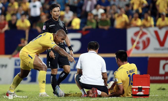 Cầu thủ Nam Định phản ứng với trọng tài Vũ Phúc Hoan - người không thổi phạt đền cho chủ nhà dù Đỗ Merlo bị phạm lỗi trong trận đấu Hải Phòng trên sân Thiên Trường tại vòng 8 V-League 2020. Ảnh:Lâm Thỏa.
