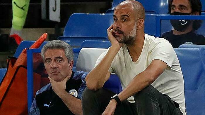 Pep Guardiola (trắng) thất vọng khi Man City thua Chelsea. Ảnh: AFP.