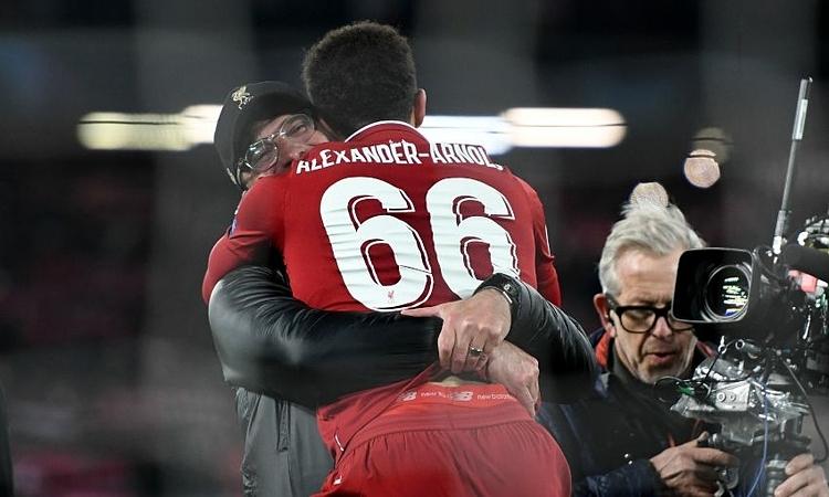 Klopp tiếc nuối vì bỏ lỡ pha bóng láu cá nhất lịch sử bóng đá thế giới - tình huống Trent Alexandre-Arnold đá phạt góc cho Origi ghi bàn quyết định giúp Liverpool loại Barca ở bán kết Champions League mùa trước.