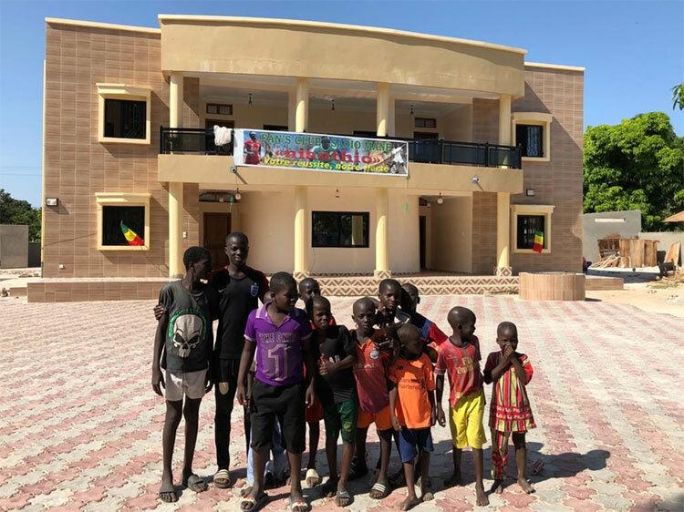Trẻ em ở Bambali đang được hưởng các tiện ích từ một số công trình mà Mane xây tặng quê hương. Ảnh: The Athletic.