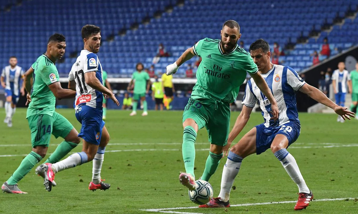 In addition to watching tables, Benzema also showed a return to creativity.  Pictured is his backheeling backstage, clearing the deck for Casemiro to shoot down Espanyol.  Photo: AP.