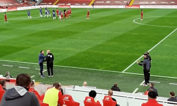 Lampard (trái) phàn nàn với trọng tài thứ tư. Klopp đứng ở khu vực kỹ thuật đối diện, giơ hai tay và nói Lampard bình tĩnh. Ảnh: Youtube.
