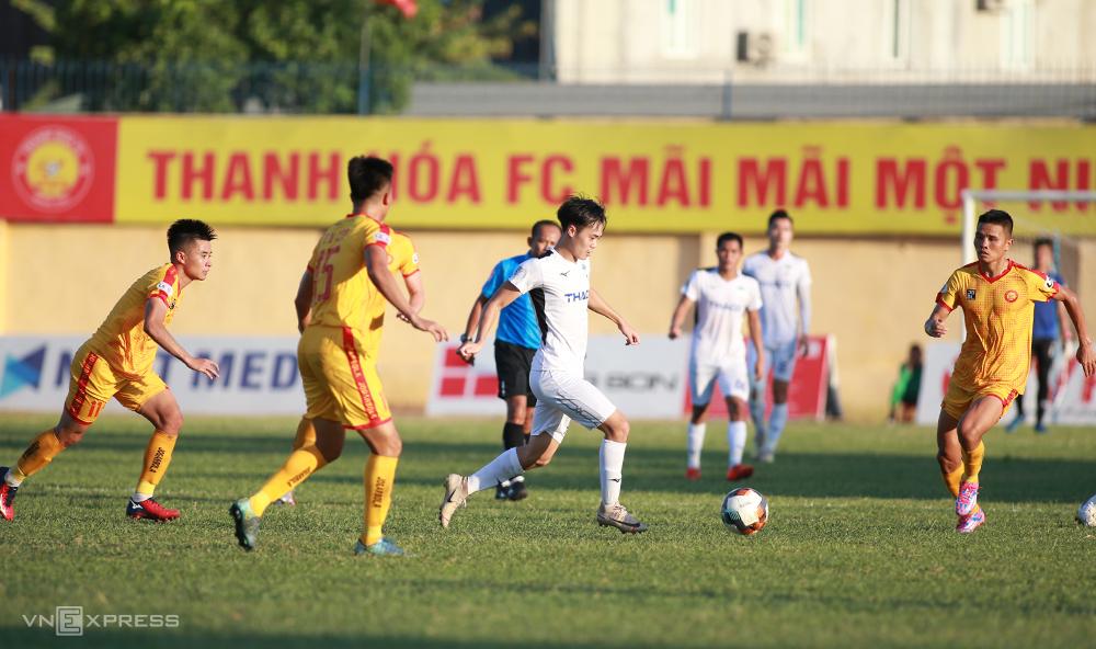 Thanh Hoá phong toả mũi nhọn Văn Toàn trong trận đấu trên sân nhà tại vòng 11 V-League 2020. Ảnh: Lâm Thoả