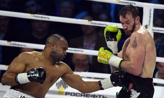 Jones (trái) so găng với Enzo Maccarinelli hồi tháng 12/2015. Ảnh: AFP.