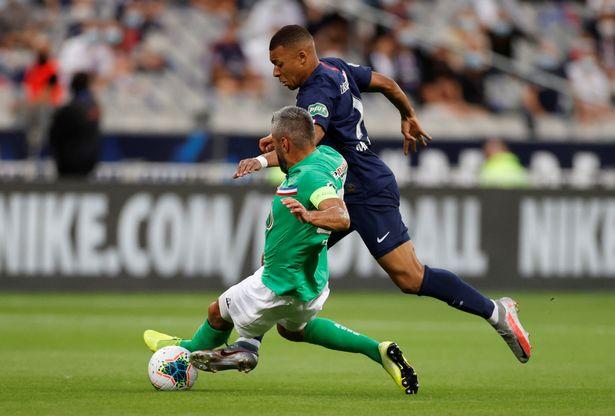 Pha vào bóng thô bạo của Perrin với Mbappe. Ảnh: Reuters.