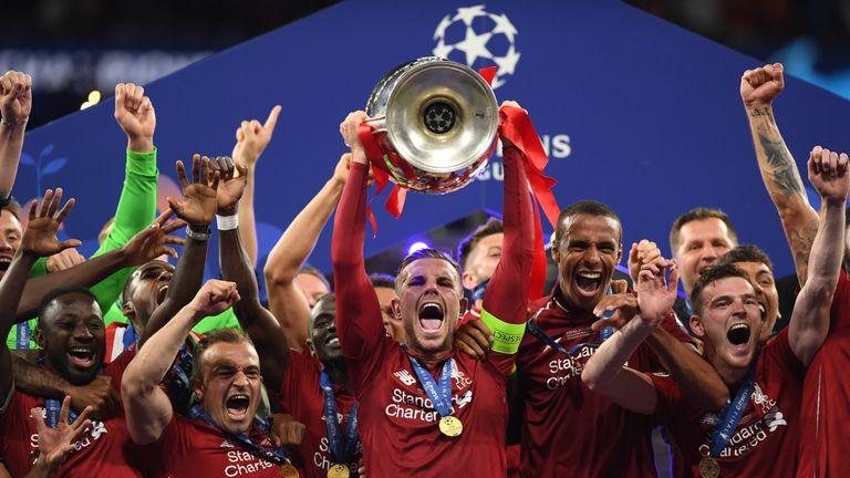 Henderson cùng các đồng đội ở Liverpool nâng Cup vô địch Champions League mùa 2018-2019. Ảnh: Sky Sports.
