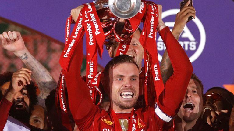 Henderson nâng Cup vô địch Ngoại hạng Anh mùa 2019-2020. Ảnh: Sky Sports.