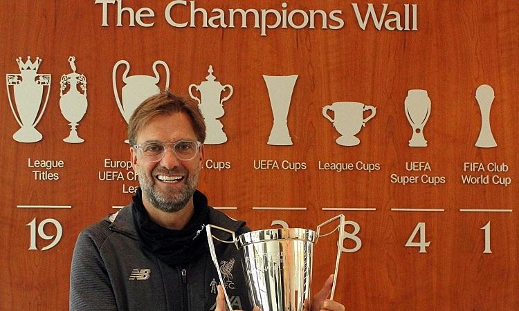 Klopp nhận Cup HLV của năm từ LMA. Ảnh: Sky Sports.