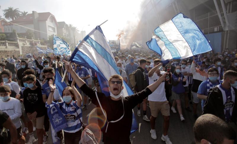 Fan Deportivo đổ ra đường phản đối quyết định mà họ cho là xử ép, khiến đội nhà xuống hạng. Ảnh: EFE.