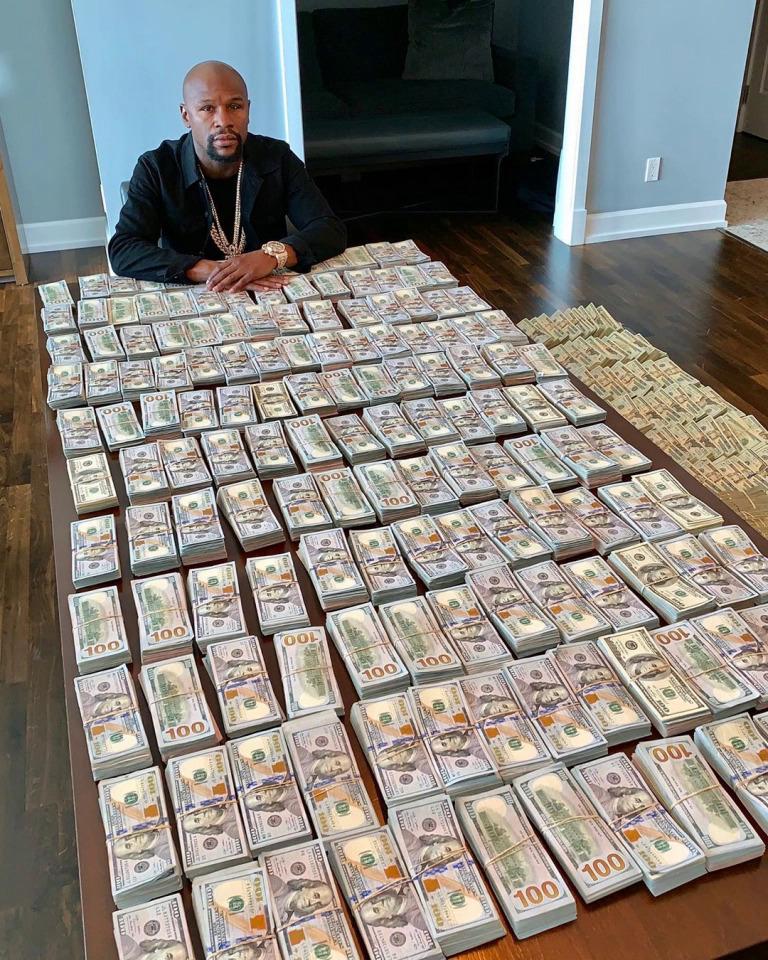 Mayweather thường xuyên khoe tiền trên mạng xã hội. Ảnh: Sun.