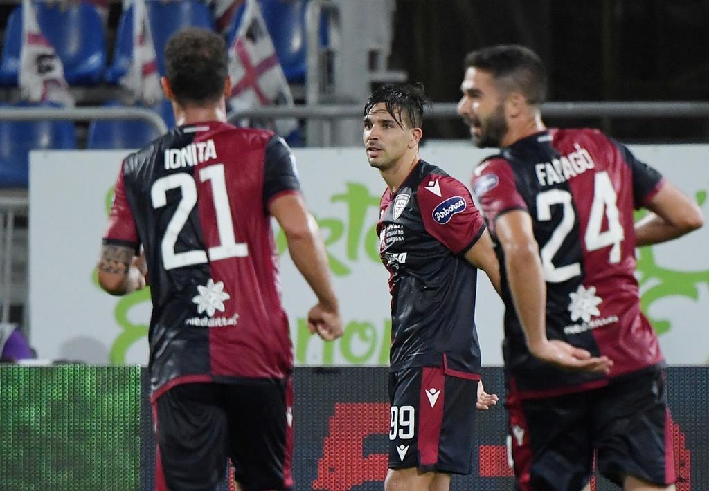 Simeone (giữa) ấn định chiến thắng 2-0 cho Cagliari. Ảnh: Reuters.
