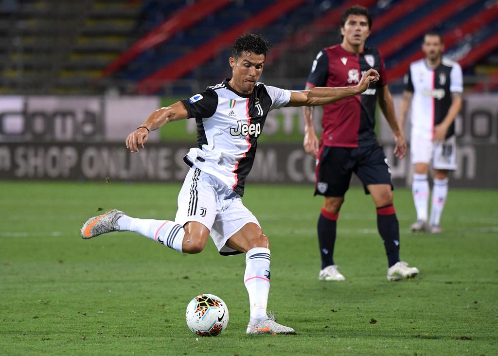 Ronaldo hiếm khi có bóng và dứt điểm trong vòng cấm Cagliari. Ảnh: Reuters.