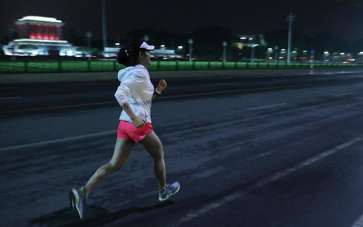 Runner chạy đêm Hà Nội. Ảnh: Ngọc Thành