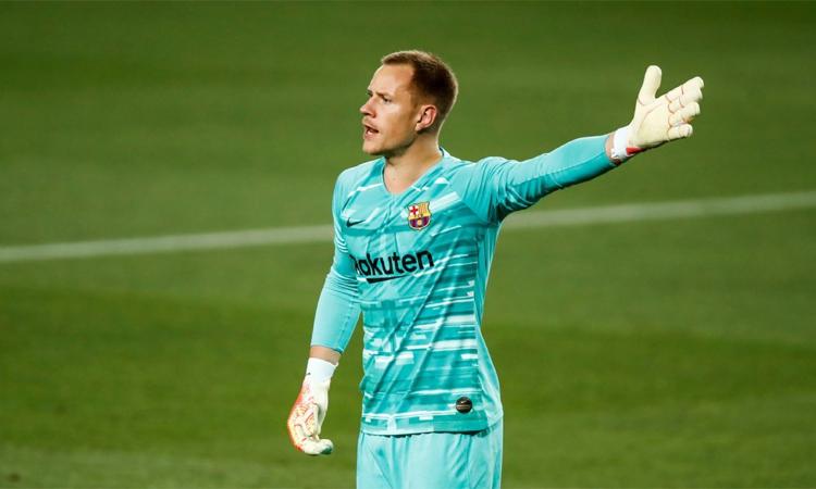 Ter Stegen có thể rời Barca nếu không được tăng lương. Ảnh: Reuters.