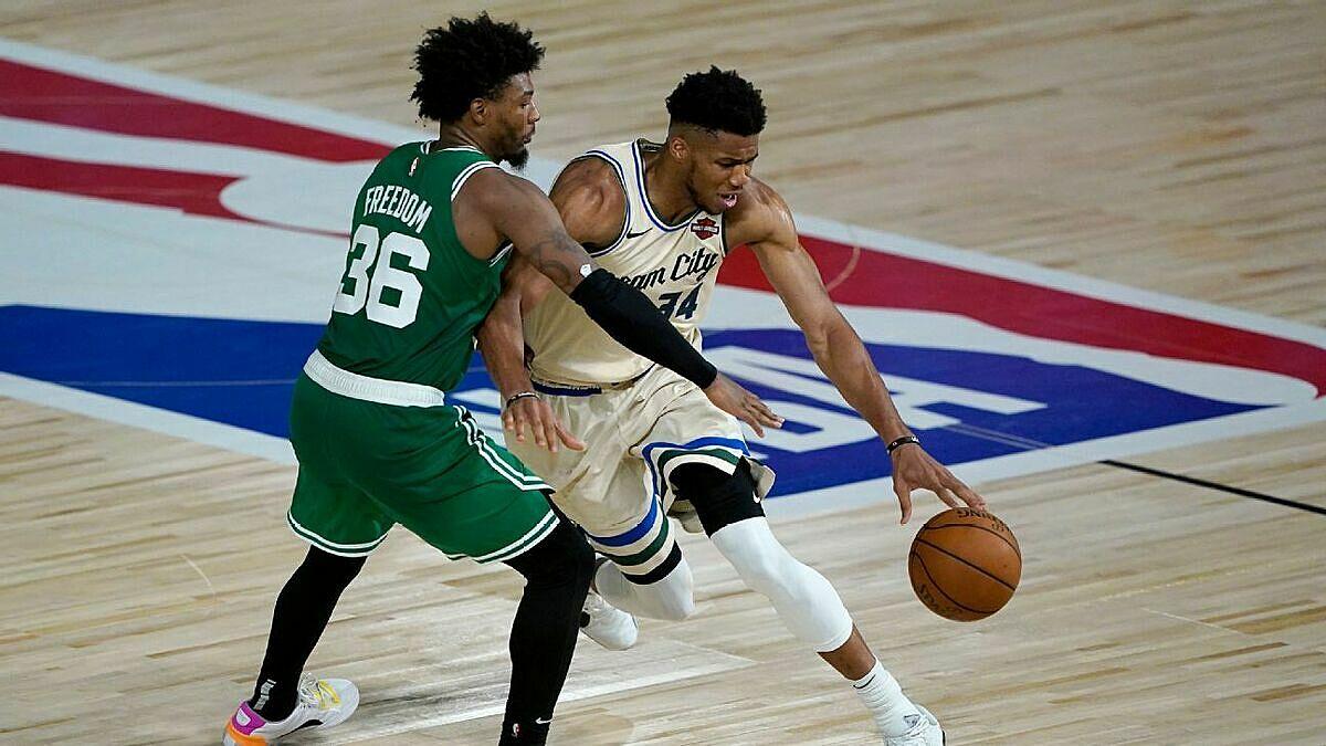 Smart (trái) theo kèm Antetokounmpo (phải). Ảnh: ESPN.