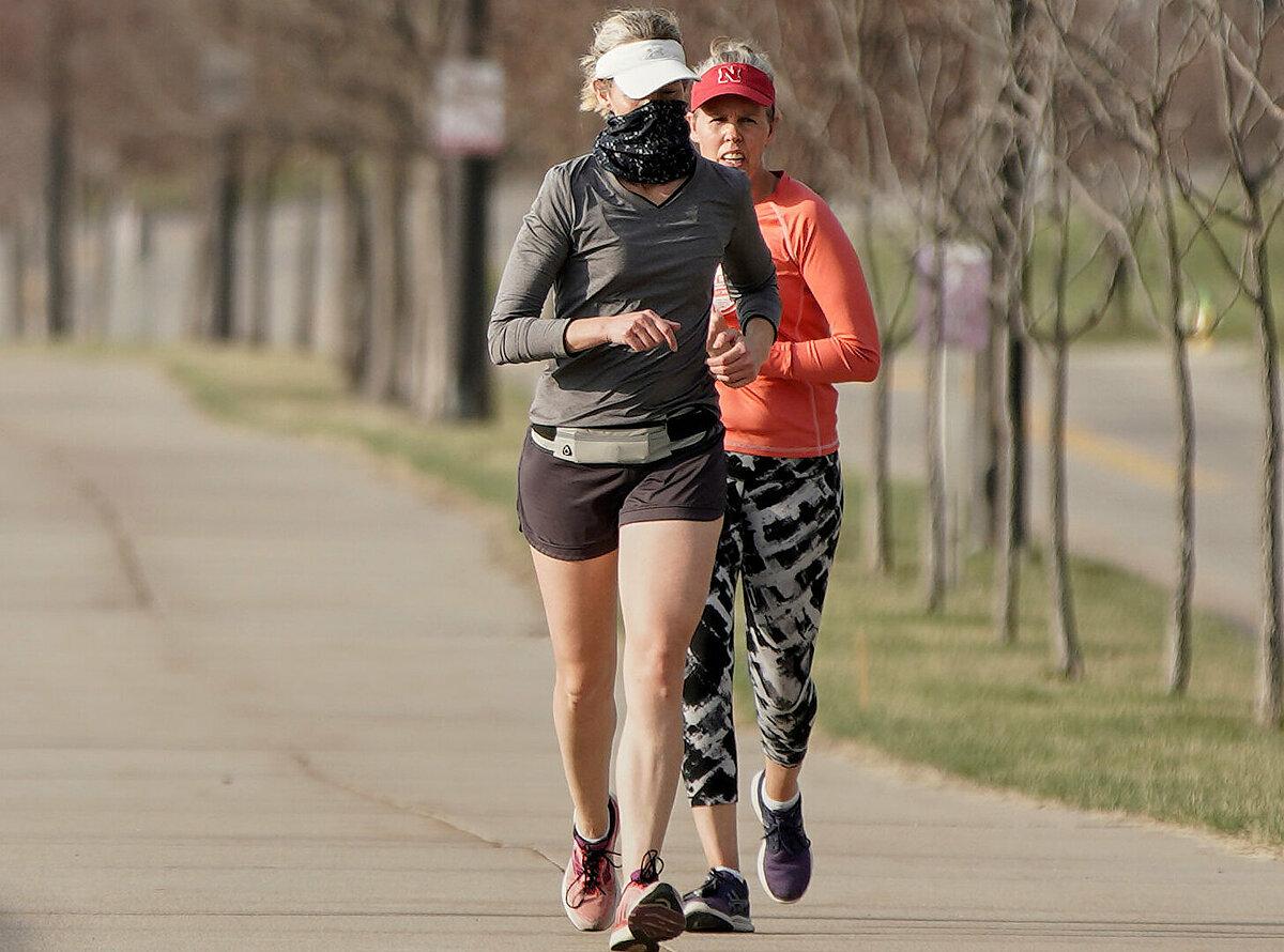Theo đó, tùy mật độ dân cư khu vực sinh sống, runner nên chạy một mình hoặc duy trì khoảng cách với người khác ít nhất 2 m. Nếu thấy không khỏe, bạn cần ngừng chạy và nhanh chóng đi viện kiểm tra. Ảnh: Associated Press.
