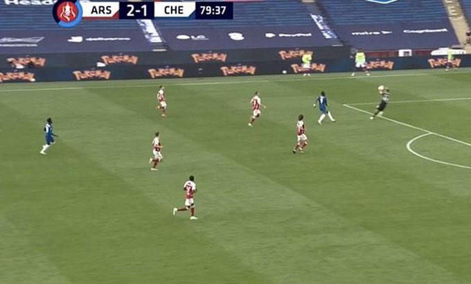 CĐV Chelsea cho rằng Martinez bắt bóng ngoài vòng cấm.