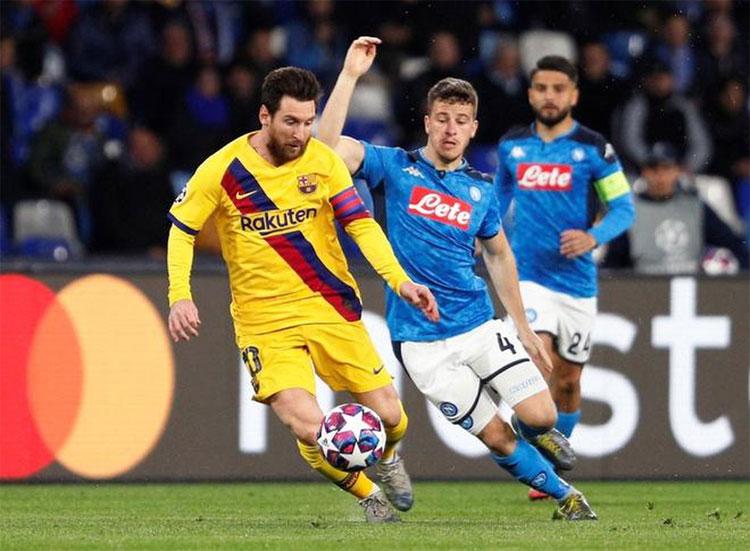 Napoli chuẩn bị tái đấu với Messi và Barca. Ảnh: Reuters.