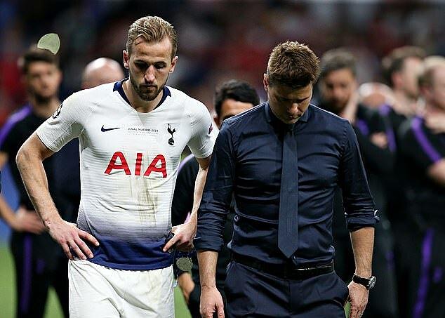 Pochettino và các học trò buồn bã sau thất bại ở chung kết Champions League 2018-2019. Ảnh: TFC.
