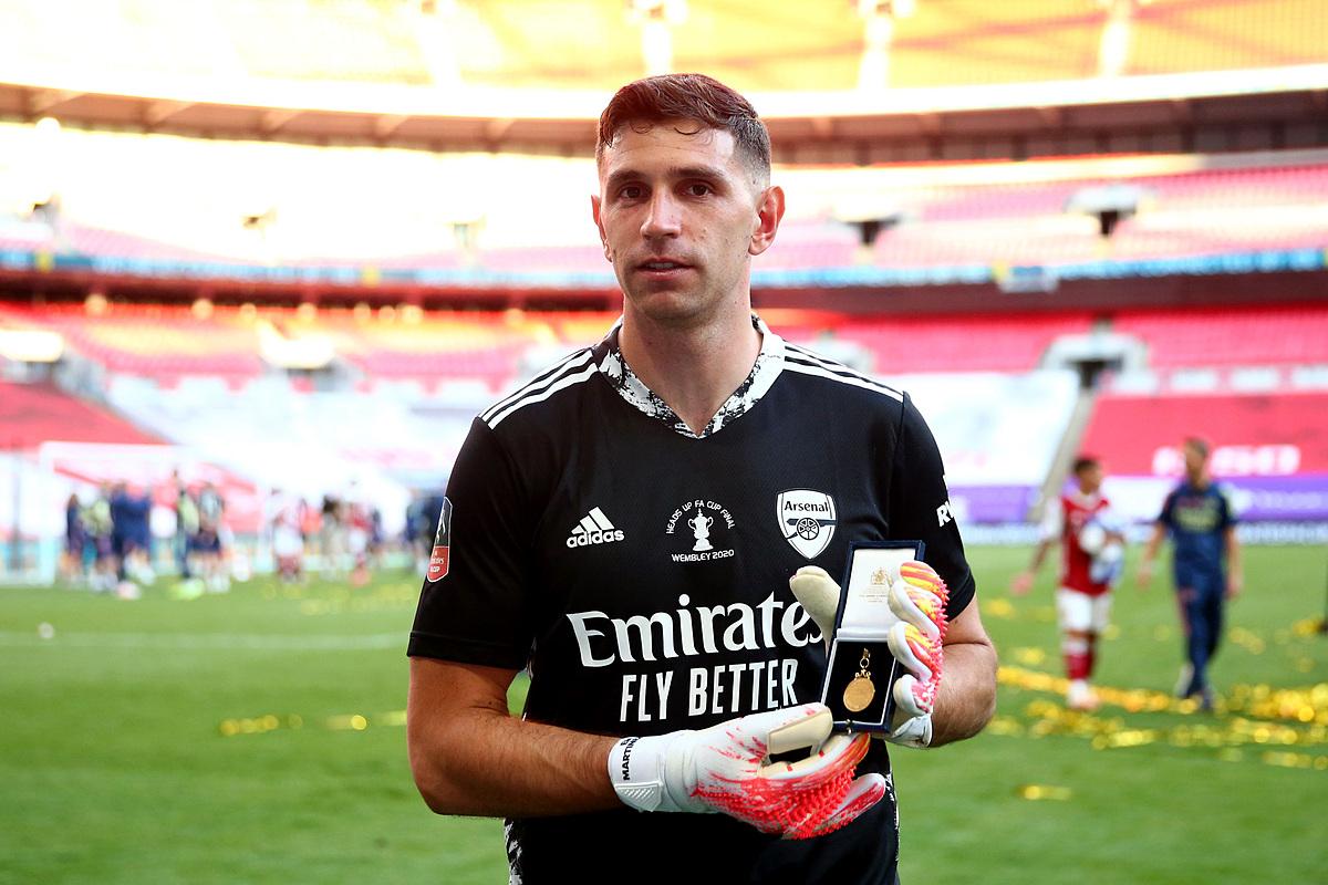 Martinez khoe tấm huy chương sau trận chung kết FA Cup. Nhưng, đối với nhiều CĐV, câu chuyện truyền cảm hứng của anh còn đáng giá hơn thế.