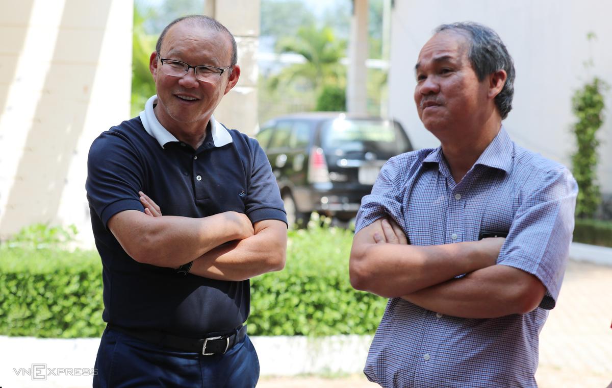 Từ khi bầu Đức (phải) rời nhiệm sở rồi ông Cấn Văn Nghĩ phải từ chức, VFF vẫn chưa thể tìm được những gương mặt xứng tầm ngồi vào vị trí Phó chủ tịch tài chính. Ảnh: Đức Đồng.