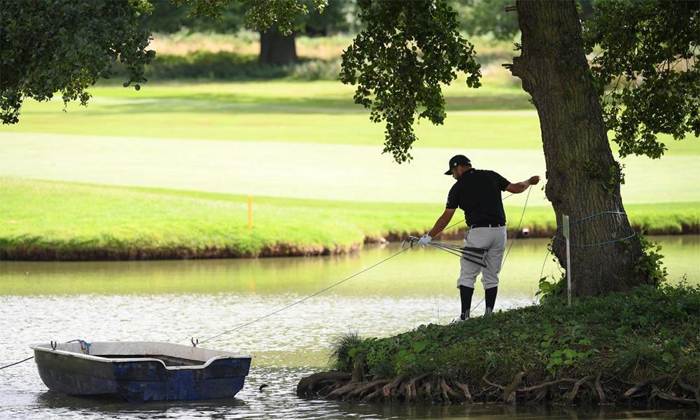Joel Sjoholm kéo thuyền để di chuyển sang đảo cứu bóng tại hố 17 vòng cuối Hero Open hôm 2/8. Ảnh: Golf Digest.