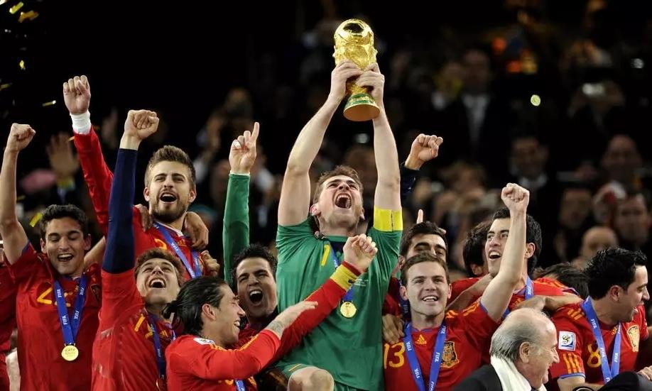 Casillas giương cup vàng ở World Cup 2010. Ảnh: AFP.