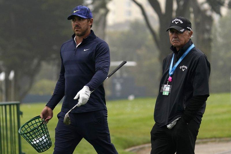 Koepka (trái) đi cùng HLV Pete Cowen trong vòng đánh tập trước thềm PGA Championship trên sân  TPC Harding Park ở San Francisco hôm 4/8. Ảnh: AP.