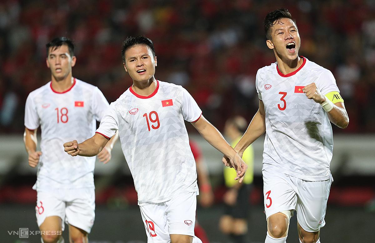 Việt Nam đang dẫn đầu bảng G vòng loại World Cup khu vực châu Á. Thầy trò ông Park sẽ tiếp tục chinh phục giấc mơ của mình từ ngày 13/10 khi làm khách ở Malaysia. Ảnh: Đức Đồng.