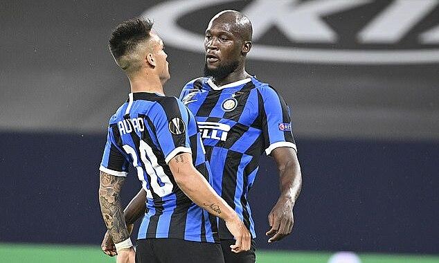Lukaku chia vui cùng Martinez sau bàn thắng. Ảnh: AP.