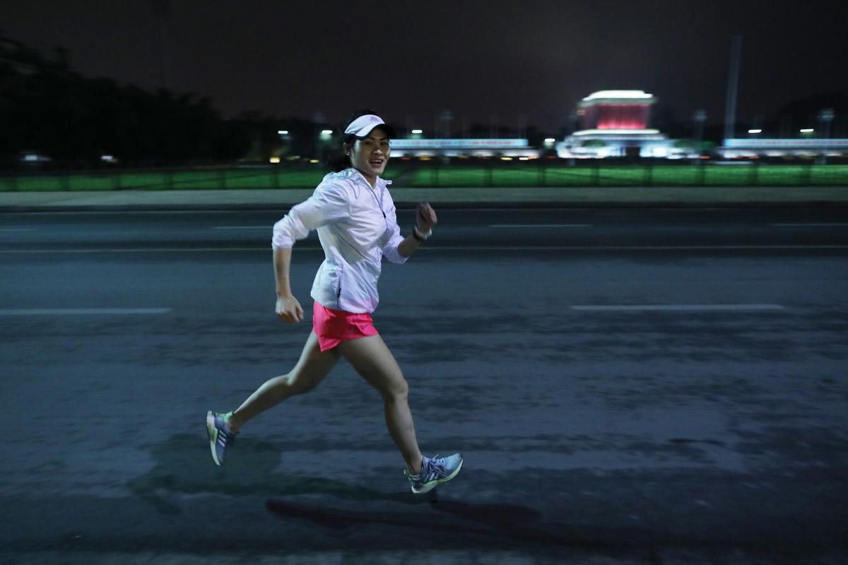 Runner thử đường chạy đêm Hà Nội Ảnh: Ngọc Thành.