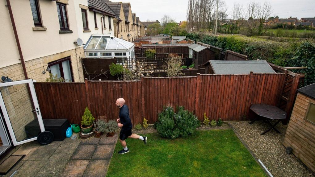James Campbell (Anh) chạy trong vườn nhà.