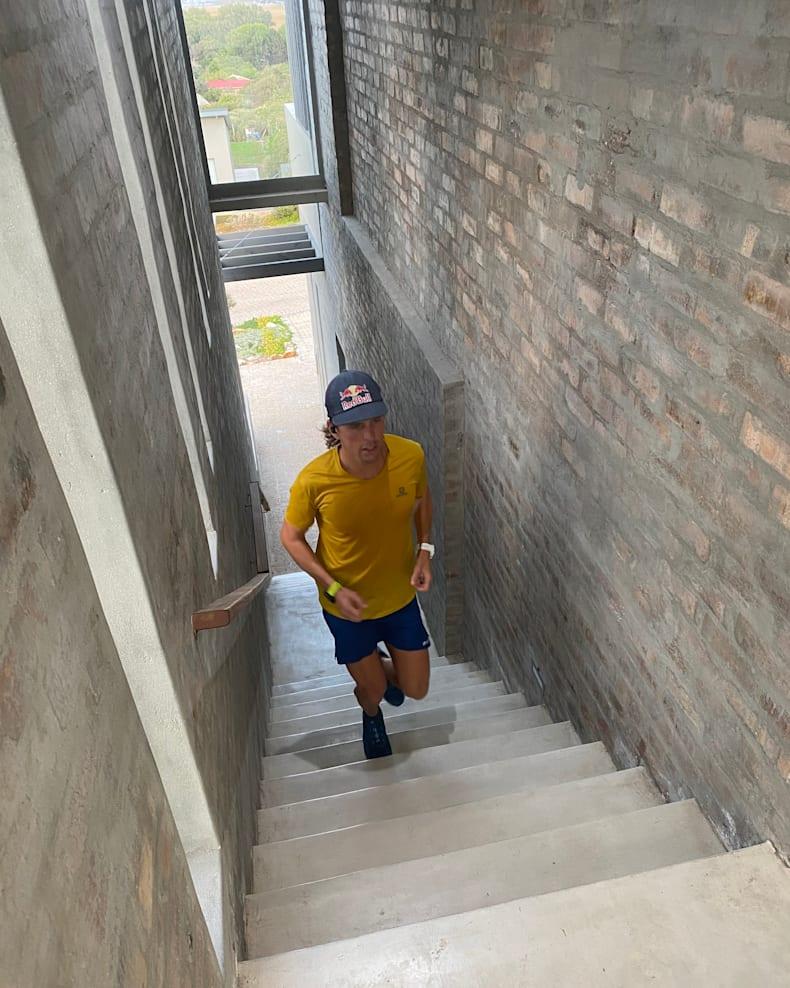 VĐV Ryan Sandes (Nam Phi)  chạy trong nhà. Ảnh: Vanessa Sandes.