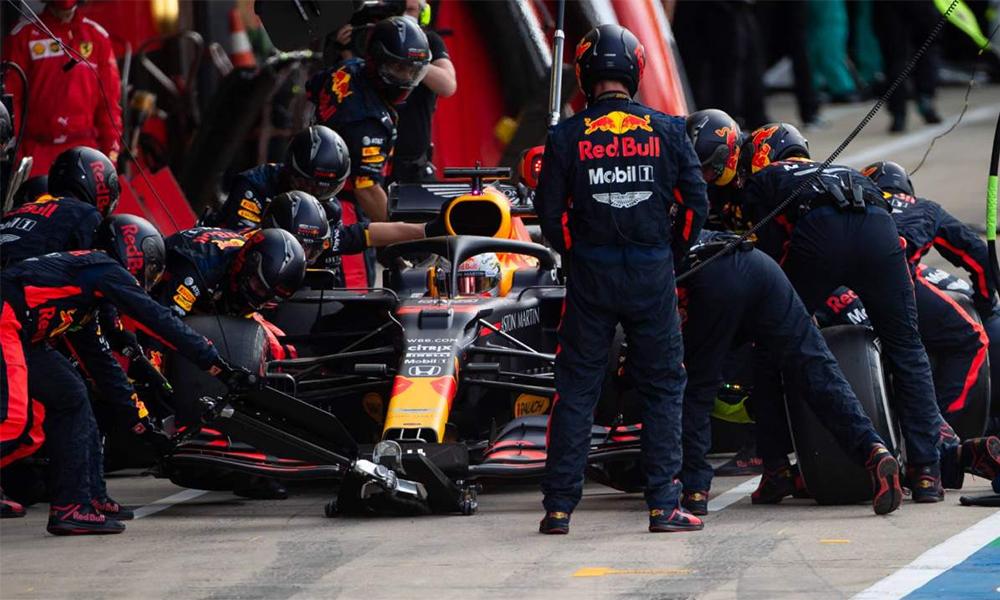 Verstappen vào thay lốp ở vòng 50 Grand Prix Anh, trên đường đua Silverstone hôm 2/8. Ảnh: Crash.