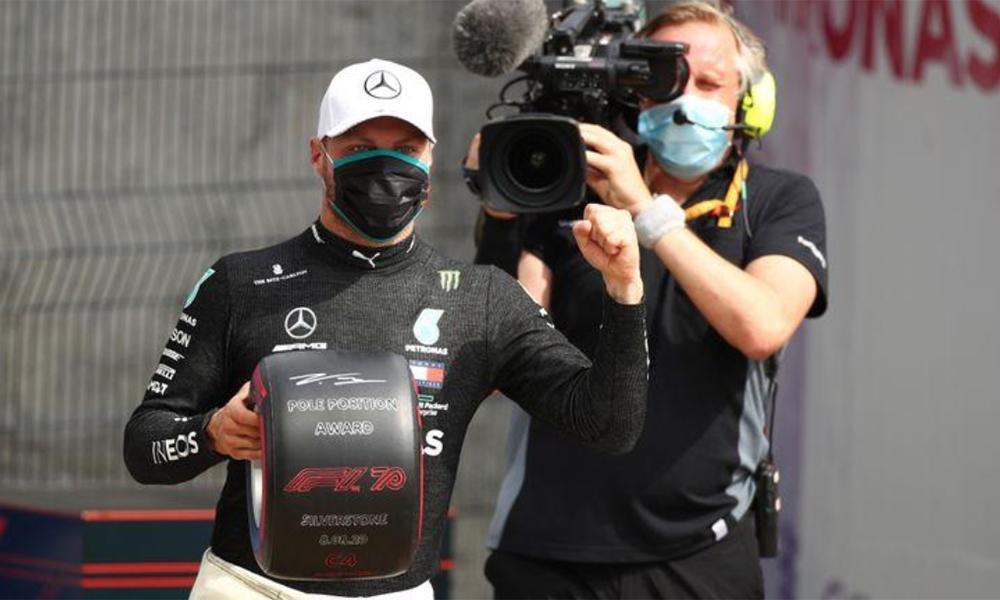 Bottas phấn khích với phần quà lưu niệm cho tay đua giành pole trên đường đua Silverstone, Anh hôm 8/8. Ảnh: Reuters.